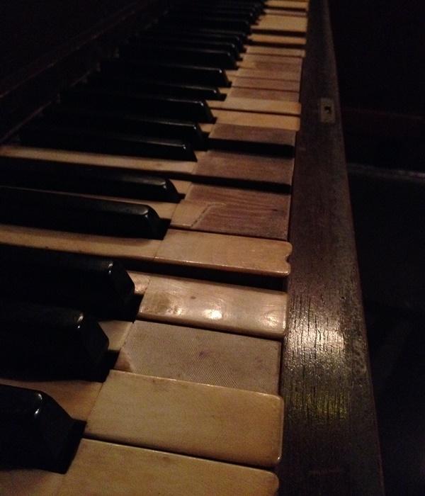 old-bar-piano